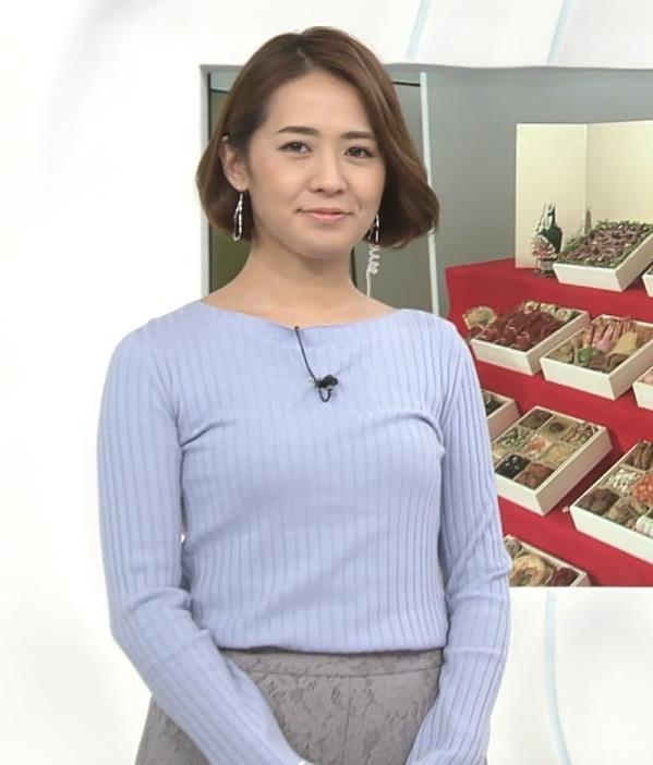 椿原慶子アナ ニット乳を腕にのせるキャプ・エロ画像2