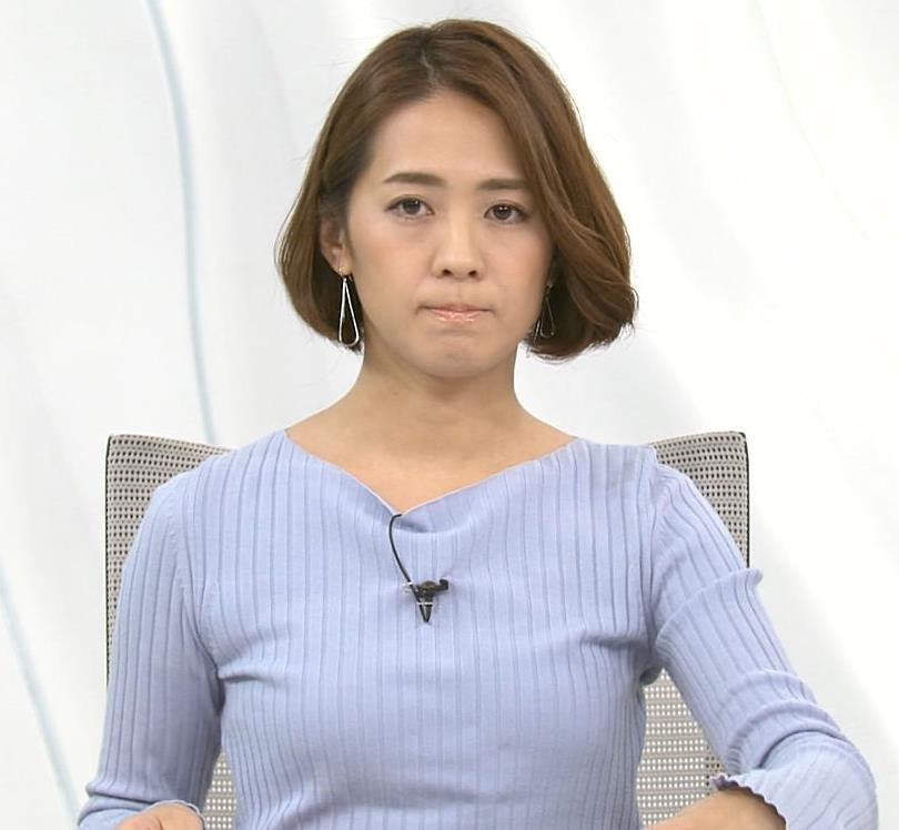 椿原慶子アナ ニット乳を腕にのせるキャプ・エロ画像6