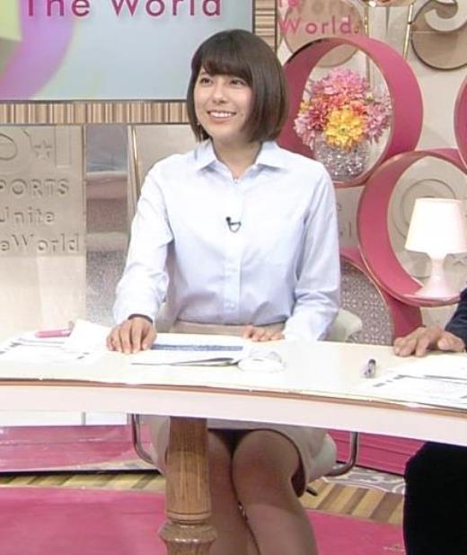 上村彩子 机の下のミニスカのデルタゾーンキャプ画像(エロ・アイコラ画像)