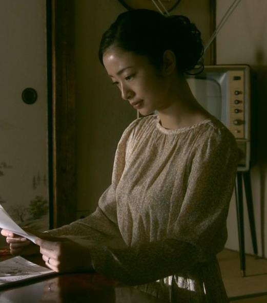 上戸彩 NHKのドラマで爆乳が際立つ!!キャプ・エロ画像2