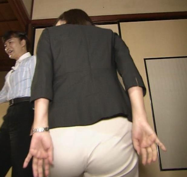 宇賀なつみアナ エロ過ぎるピタパンお尻のアップキャプ・エロ画像5