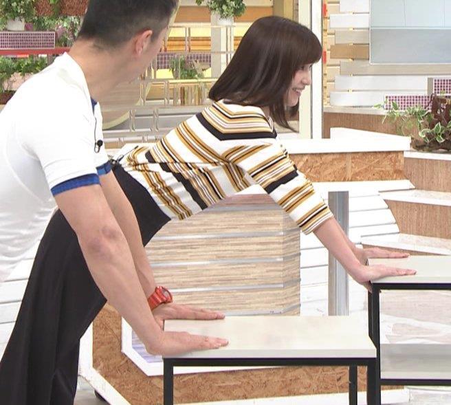 宇賀なつみアナ エロい体操で胸元チラリ!キャプ・エロ画像3