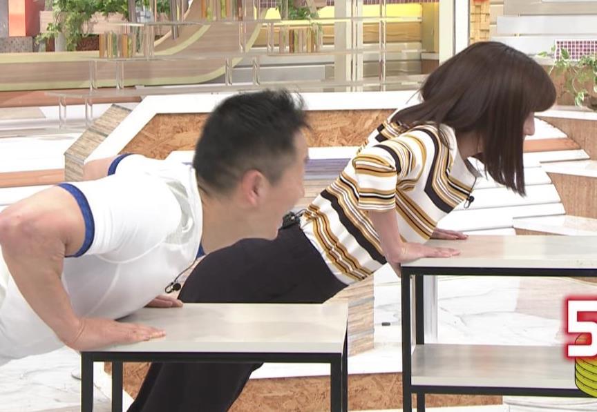 宇賀なつみアナ エロい体操で胸元チラリ!キャプ・エロ画像4