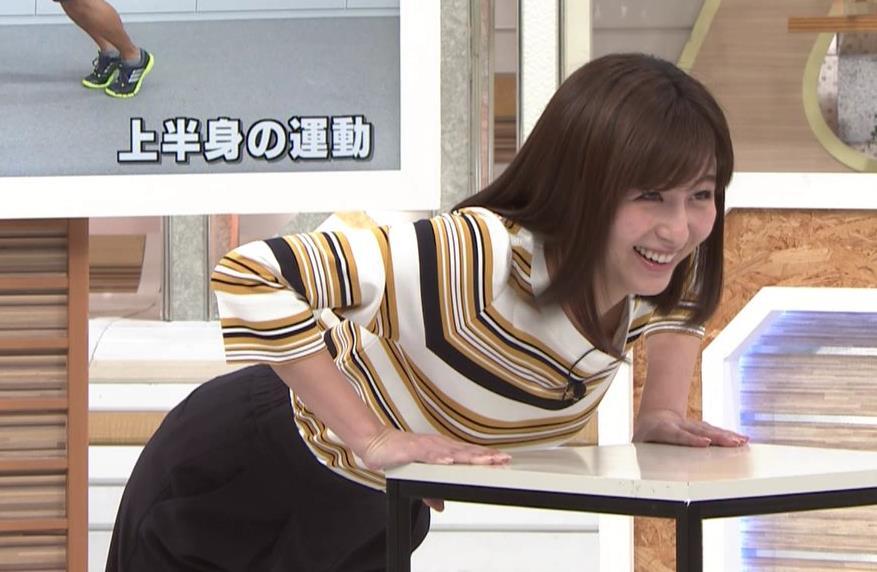 宇賀なつみアナ エロい体操で胸元チラリ!キャプ・エロ画像7