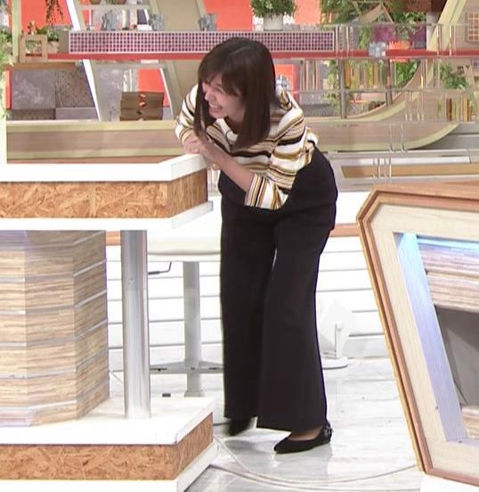 宇賀なつみアナ エロい体操で胸元チラリ!キャプ・エロ画像8