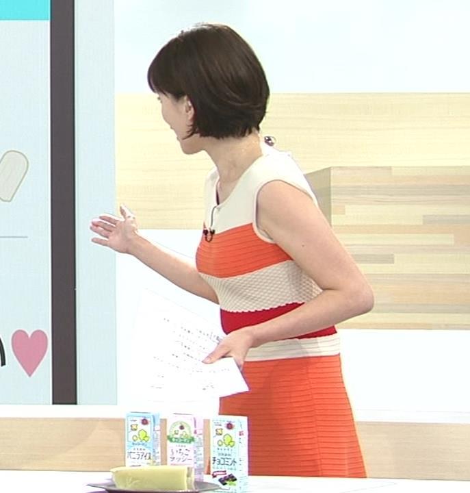 梅津弥英子アナ タイトなワンピースの横乳キャプ・エロ画像9