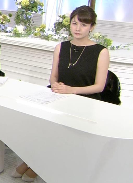 アナ ワキがエロい黒のワンピースキャプ・エロ画像