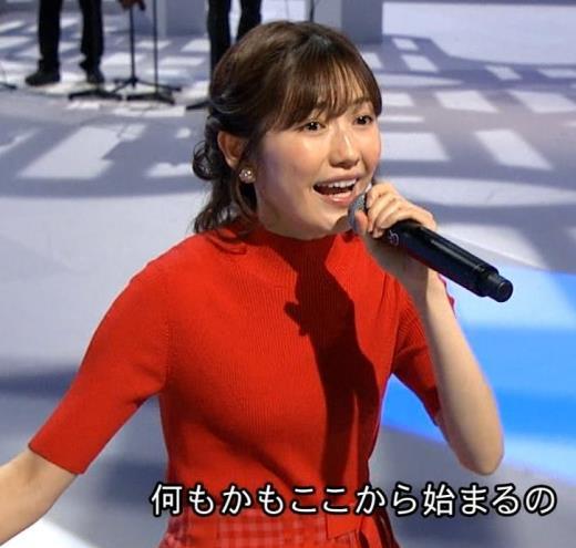 渡辺麻友 タイトなニットを着てもあまりお胸が目立たないキャプ画像(エロ・アイコラ画像)