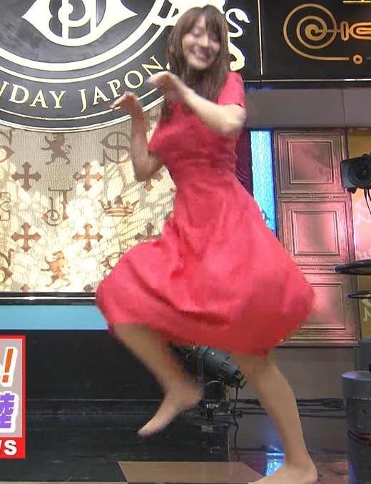 山本里菜アナ スカートひらひらの脚が見えるダンスキャプ・エロ画像6
