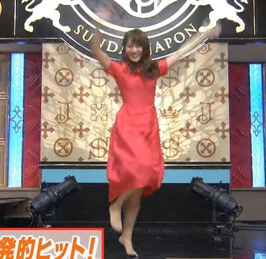 山本里菜アナ スカートひらひらの脚が見えるダンスキャプ・エロ画像8