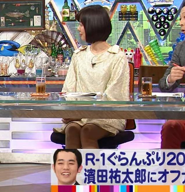 山崎夕貴アナ 机の下でパンツが見えそうキャプ・エロ画像