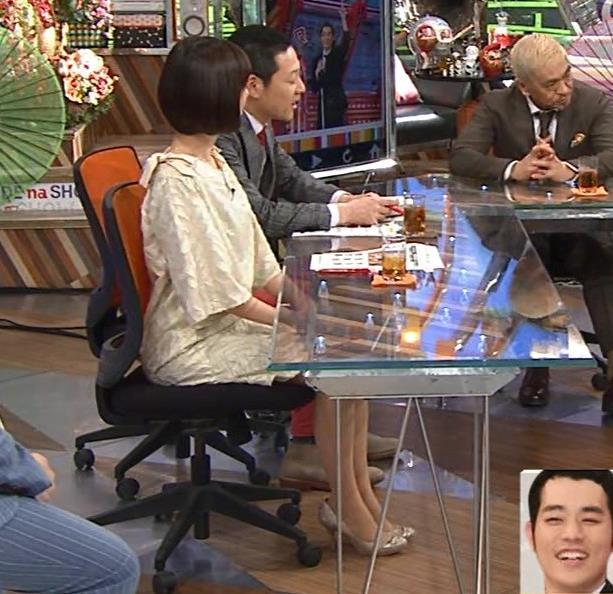山崎夕貴アナ 机の下でパンツが見えそうキャプ・エロ画像2