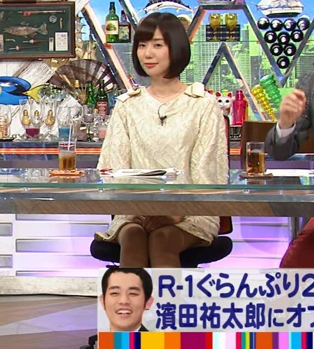 山崎夕貴アナ 机の下でパンツが見えそうキャプ・エロ画像3