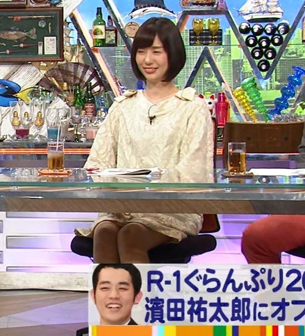 山崎夕貴アナ 机の下でパンツが見えそうキャプ・エロ画像4