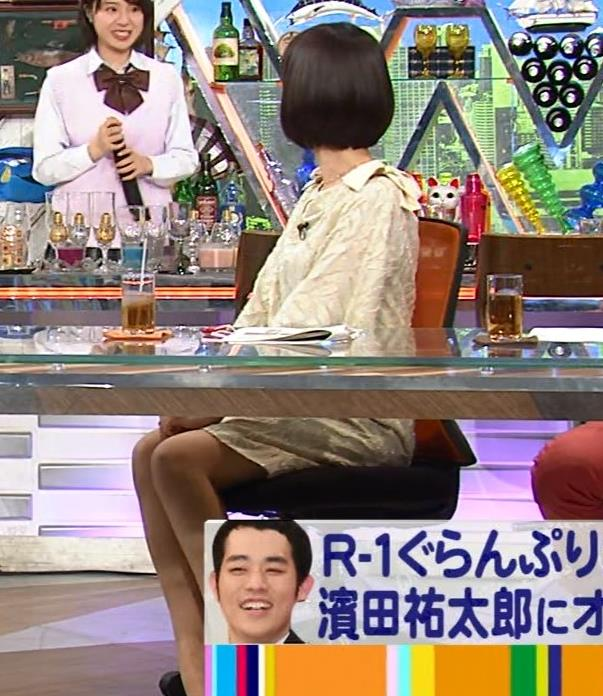 山崎夕貴アナ 机の下でパンツが見えそうキャプ・エロ画像5