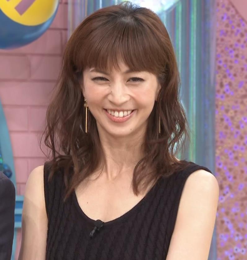 安田美沙子 露出度高いノースリーブ。垂れてそうなおっぱいキャプ・エロ画像5