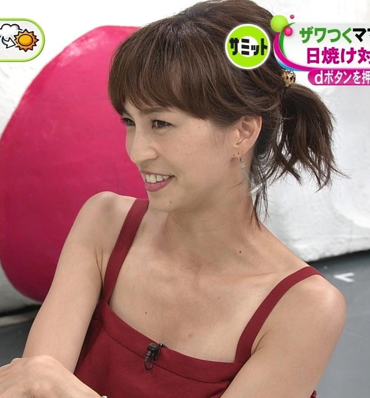 安田美沙子 胸元露出しすぎて日焼けの跡も見えるキャプ・エロ画像