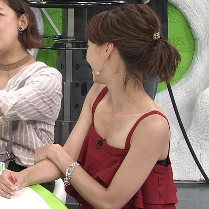 安田美沙子 胸元露出しすぎて日焼けの跡も見えるキャプ・エロ画像3