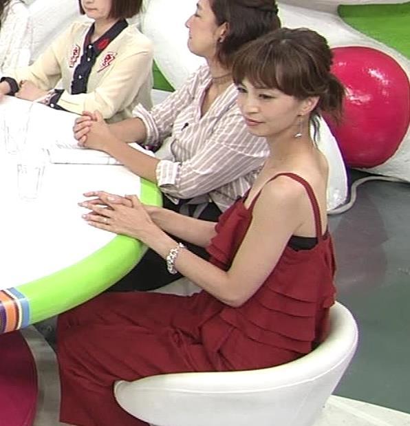 安田美沙子 胸元露出しすぎて日焼けの跡も見えるキャプ・エロ画像4