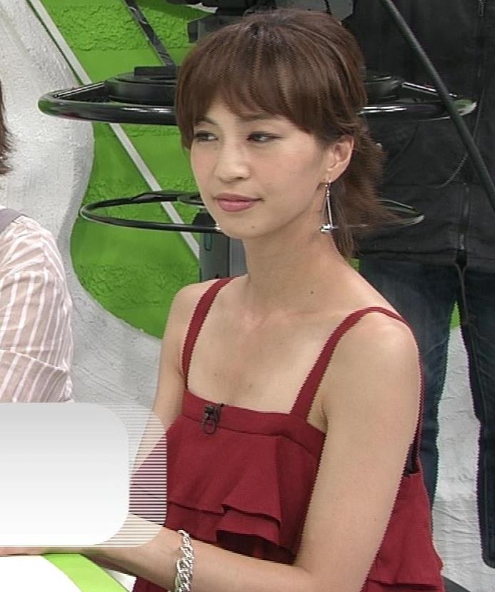 安田美沙子 胸元露出しすぎて日焼けの跡も見えるキャプ・エロ画像5