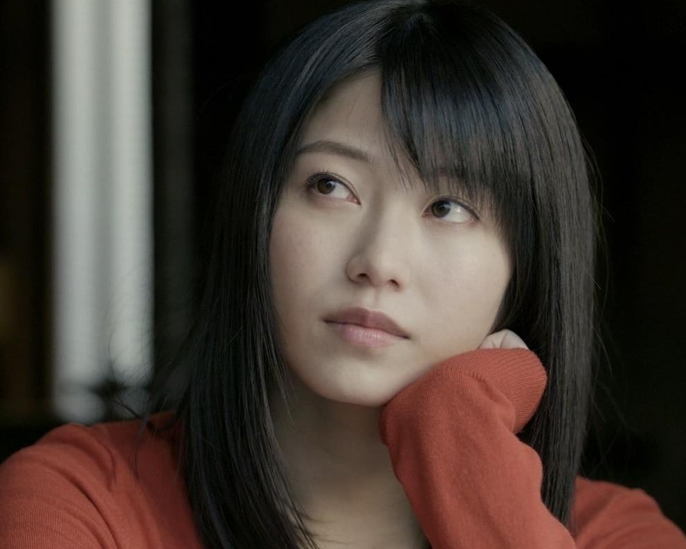 横山由依 美人だけどちょっと寂しいニット乳キャプ・エロ画像2