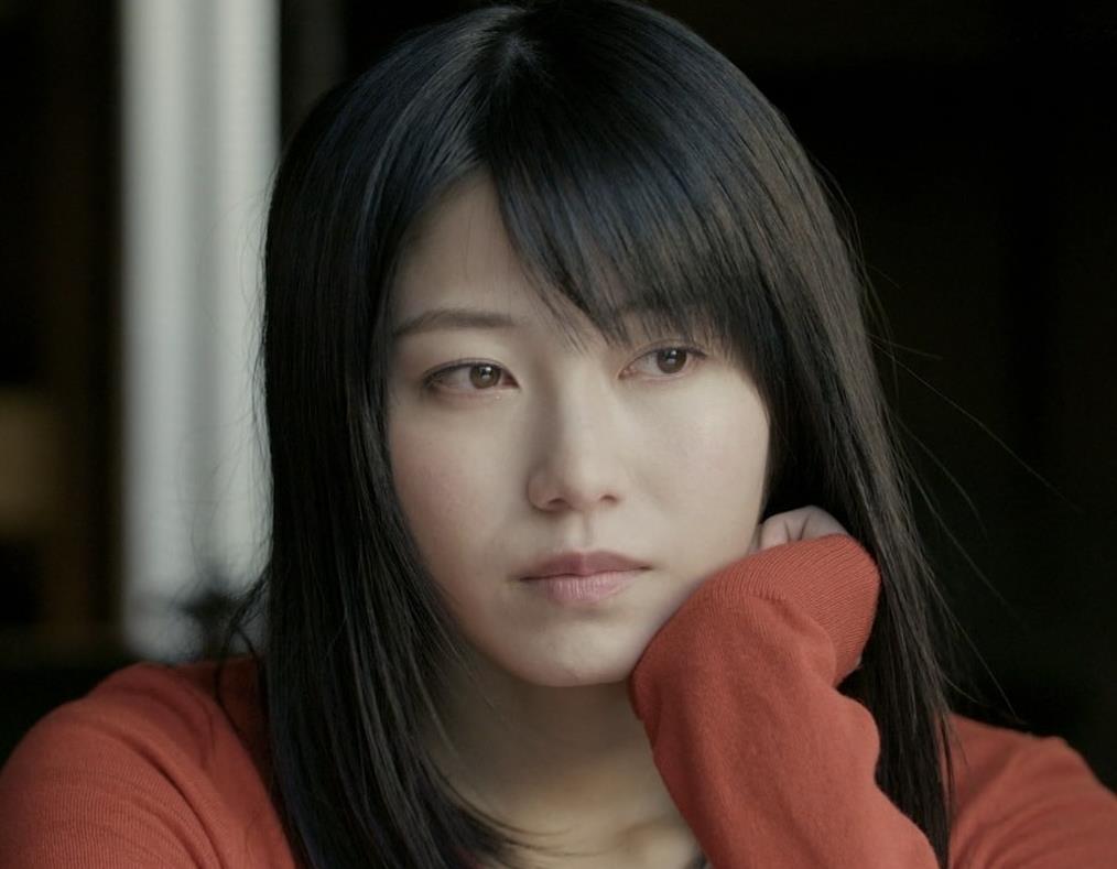 横山由依 美人だけどちょっと寂しいニット乳キャプ・エロ画像3