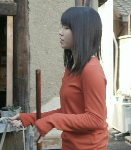 横山由依 美人だけどちょっと寂しいニット乳キャプ・エロ画像5