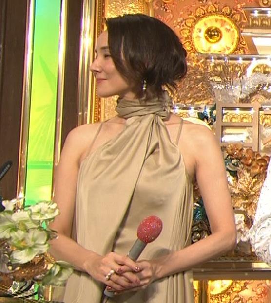 吉田羊 肩だしドレスキャプ・エロ画像3