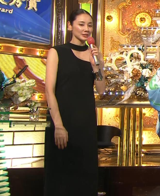 吉田羊 肩だしドレスキャプ・エロ画像6