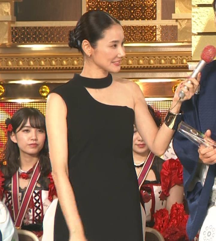 吉田羊 肩だしドレスキャプ・エロ画像7