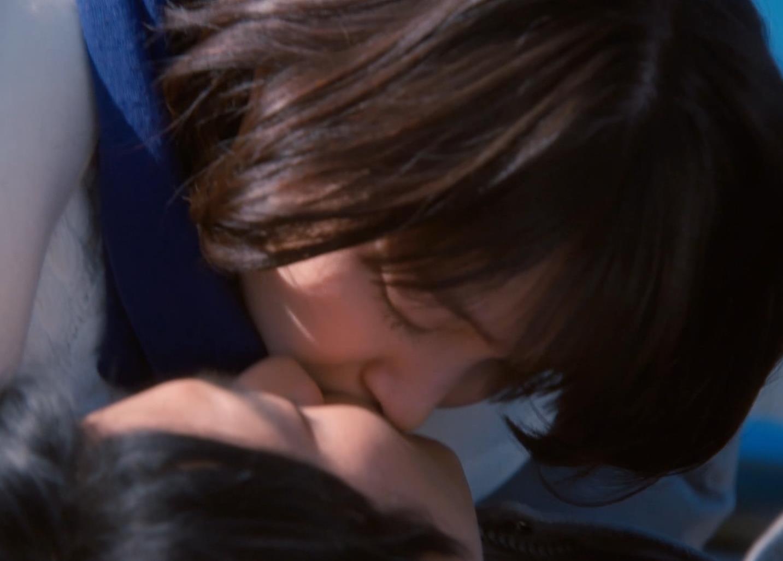 吉岡里帆 乳揺れGIF&キスシーンキャプ・エロ画像7