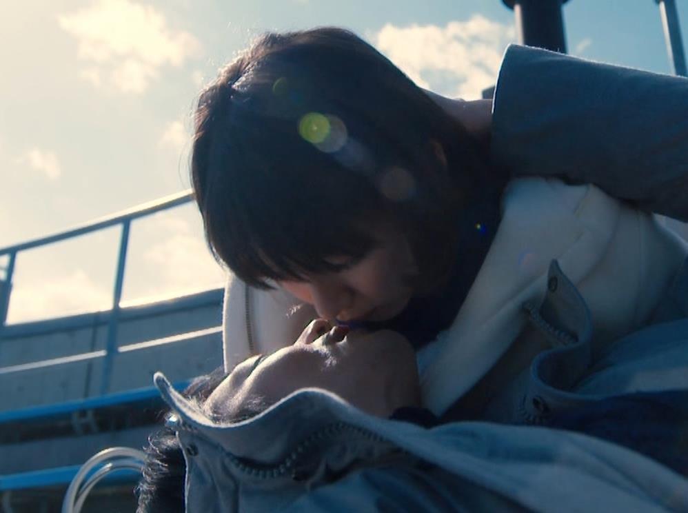 吉岡里帆 乳揺れGIF&キスシーンキャプ・エロ画像8
