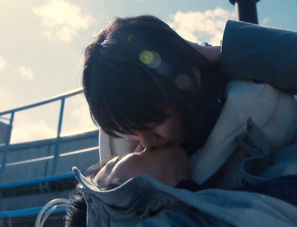 吉岡里帆 乳揺れGIF&キスシーンキャプ・エロ画像9