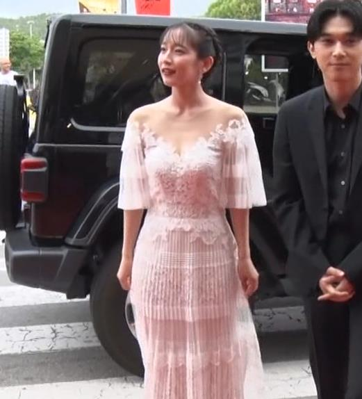 吉岡里帆 映画祭でセクシードレスキャプ・エロ画像