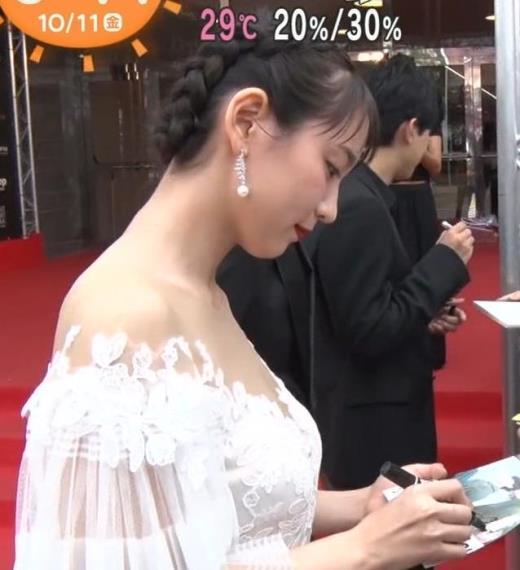 吉岡里帆 映画祭でセクシードレスキャプ画像(エロ・アイコラ画像)