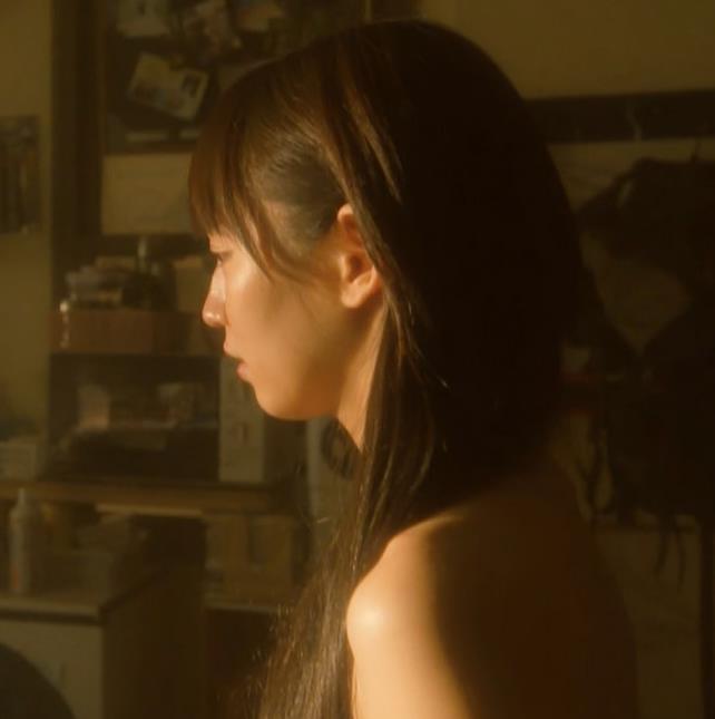 吉岡里帆 ドラマのニットおっぱいエロ過ぎ!裸を男たちに見せるシーンも!!キャプ・エロ画像13