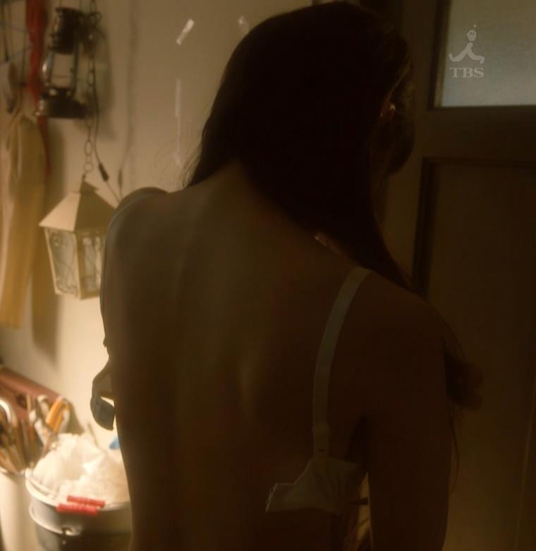 吉岡里帆 ドラマのニットおっぱいエロ過ぎ!裸を男たちに見せるシーンも!!キャプ・エロ画像8