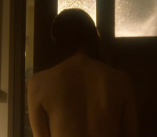 吉岡里帆 ドラマのニットおっぱいエロ過ぎ!裸を男たちに見せるシーンも!!キャプ・エロ画像10