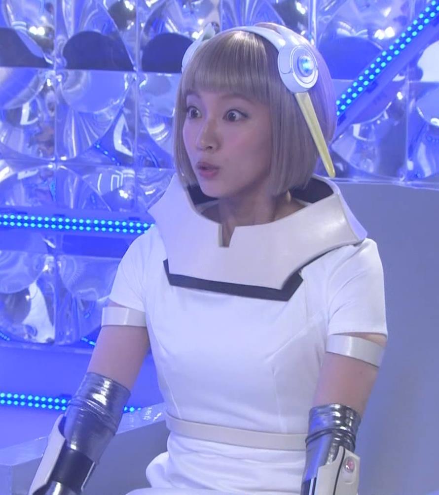 吉岡里帆 コスプレ衣装で乳が際立つキャプ・エロ画像