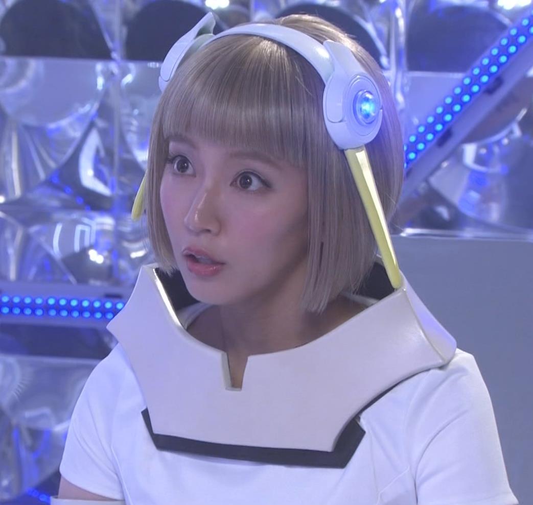 吉岡里帆 コスプレ衣装で乳が際立つキャプ・エロ画像2