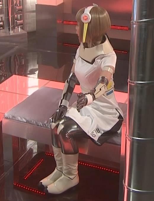 吉岡里帆 コスプレ衣装で乳が際立つキャプ・エロ画像11