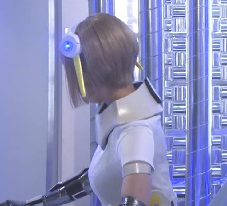 吉岡里帆 コスプレ衣装で乳が際立つキャプ・エロ画像3