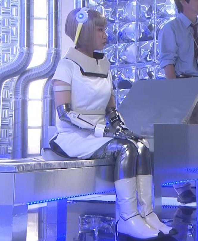 吉岡里帆 コスプレ衣装で乳が際立つキャプ・エロ画像4