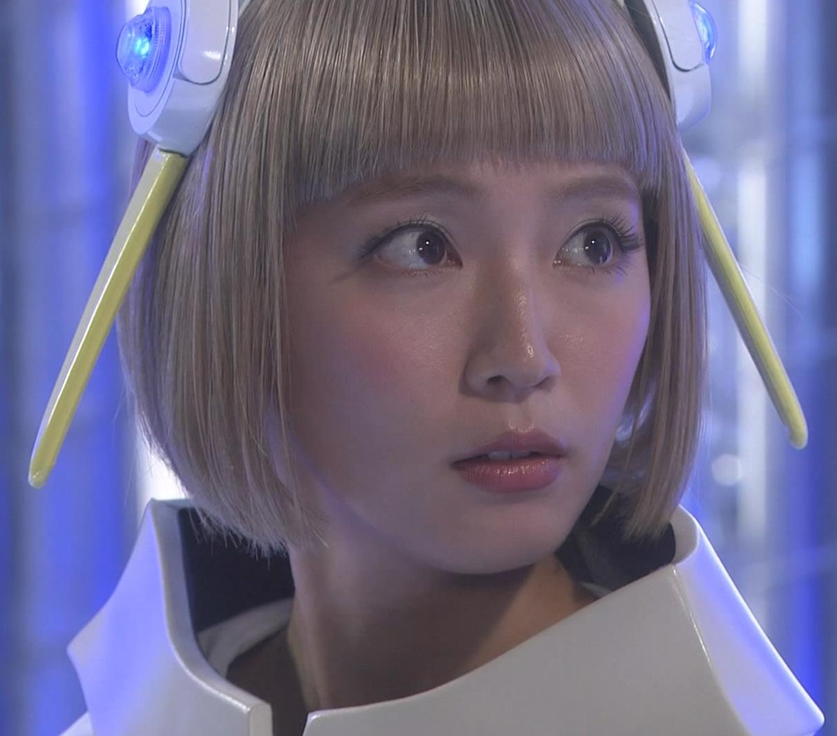吉岡里帆 コスプレ衣装で乳が際立つキャプ・エロ画像5