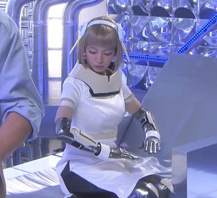 吉岡里帆 コスプレ衣装で乳が際立つキャプ・エロ画像6