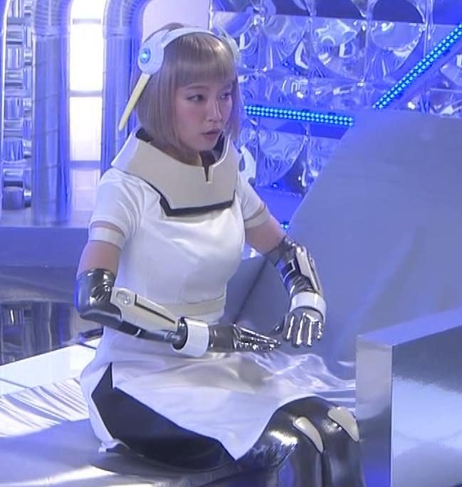 吉岡里帆 コスプレ衣装で乳が際立つキャプ・エロ画像7