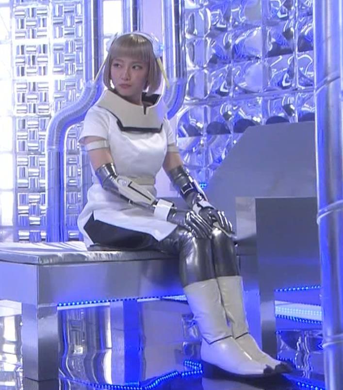 吉岡里帆 コスプレ衣装で乳が際立つキャプ・エロ画像9