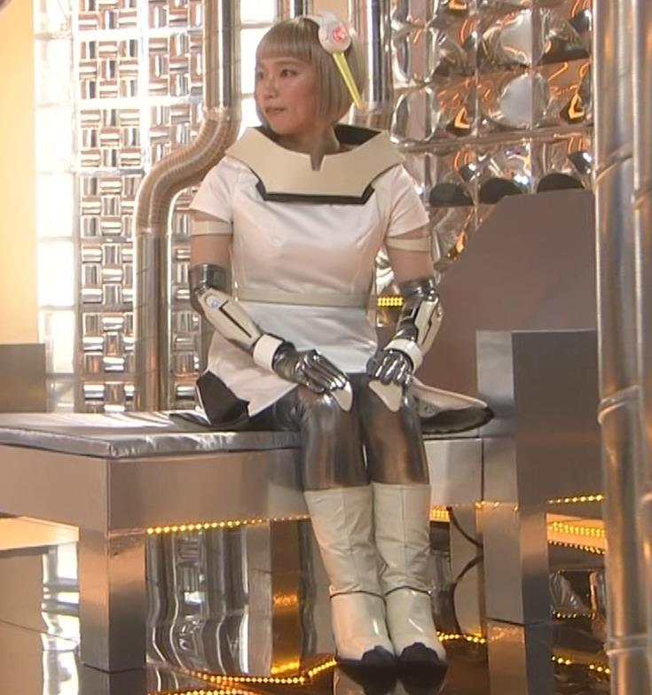 吉岡里帆 コスプレ衣装で乳が際立つキャプ・エロ画像10