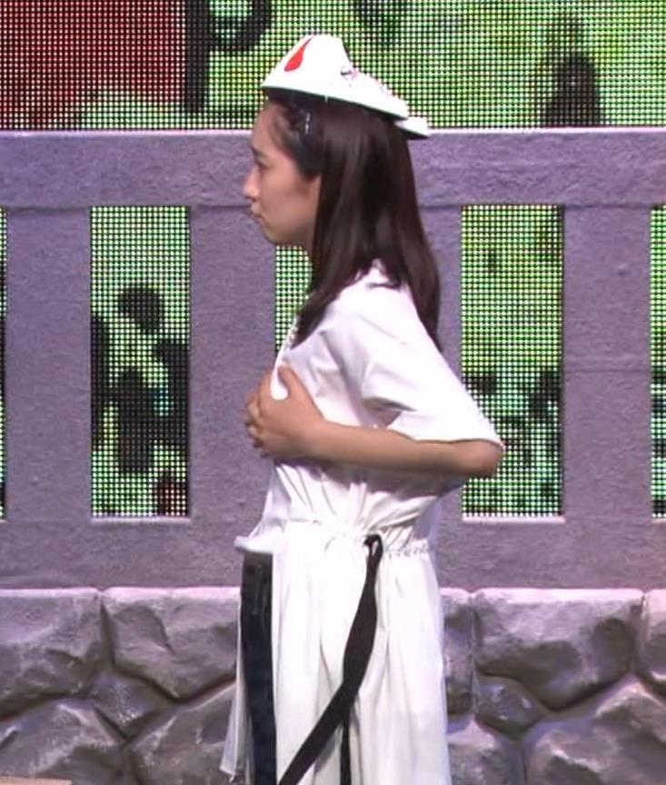 吉岡里帆 自分のおっぱいをつかむキャプ・エロ画像