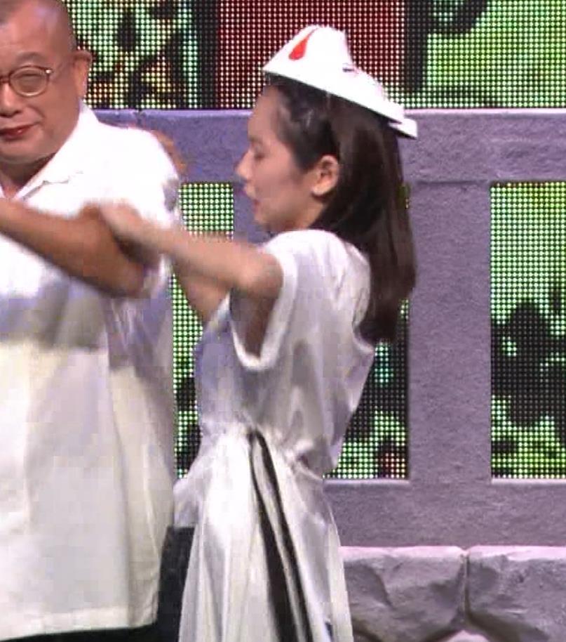 吉岡里帆 自分のおっぱいをつかむキャプ・エロ画像3